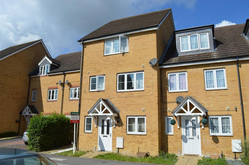 4 Bedrooms Town House for sale in Hyde Close, Romford, RM1
