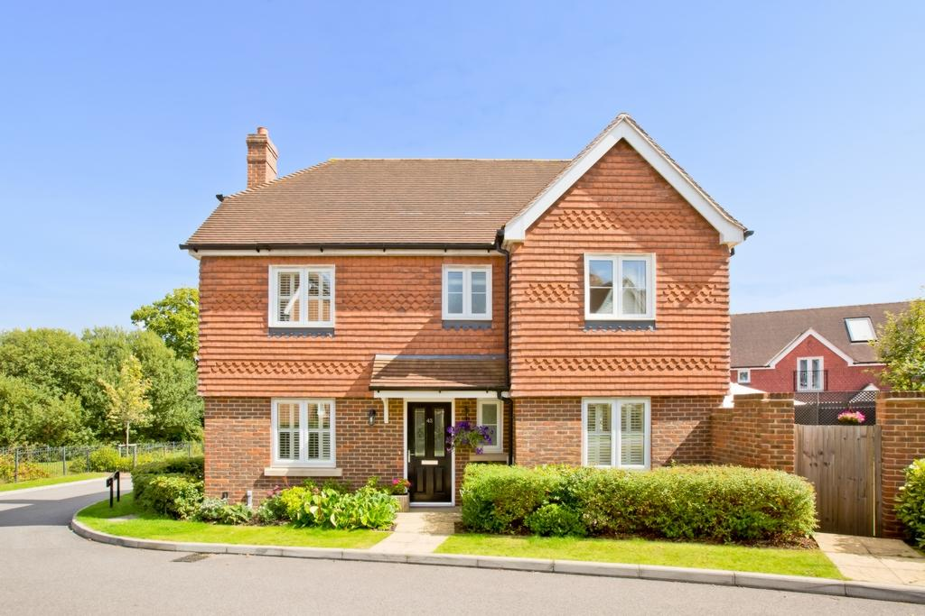 4 Bedrooms Detached House for sale in Barncroft Drive, The Limes, RH16