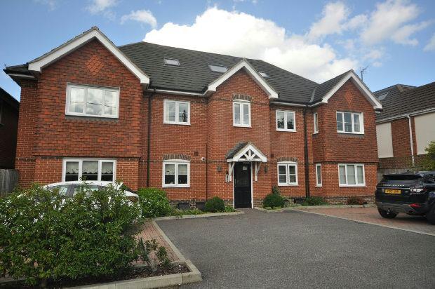 2 Bedrooms Flat for sale in Whitegates, Reading Road, Winnersh,