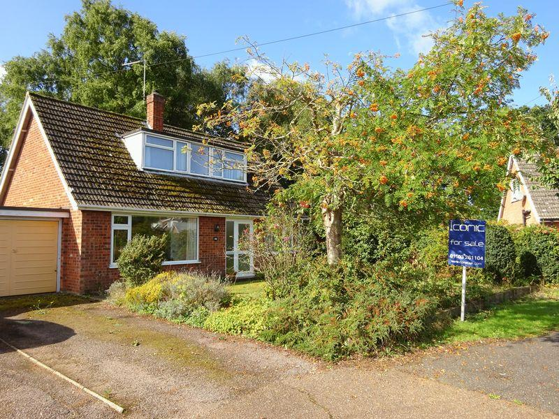 3 Bedrooms Chalet House for sale in Springfield Road, Taverham, Norwich