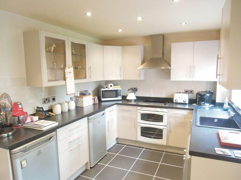 3 Bedrooms End Of Terrace House for sale in Kimberley Close, Langley