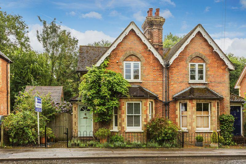 2 Bedrooms Semi Detached House for sale in Gomshall