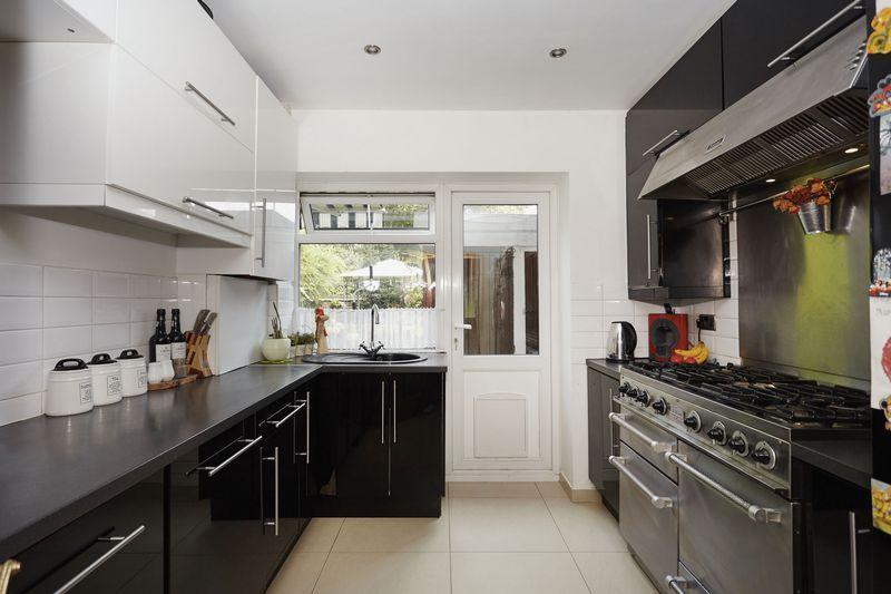 3 Bedrooms Maisonette Flat for sale in Prentiss Court, Charlton Lane