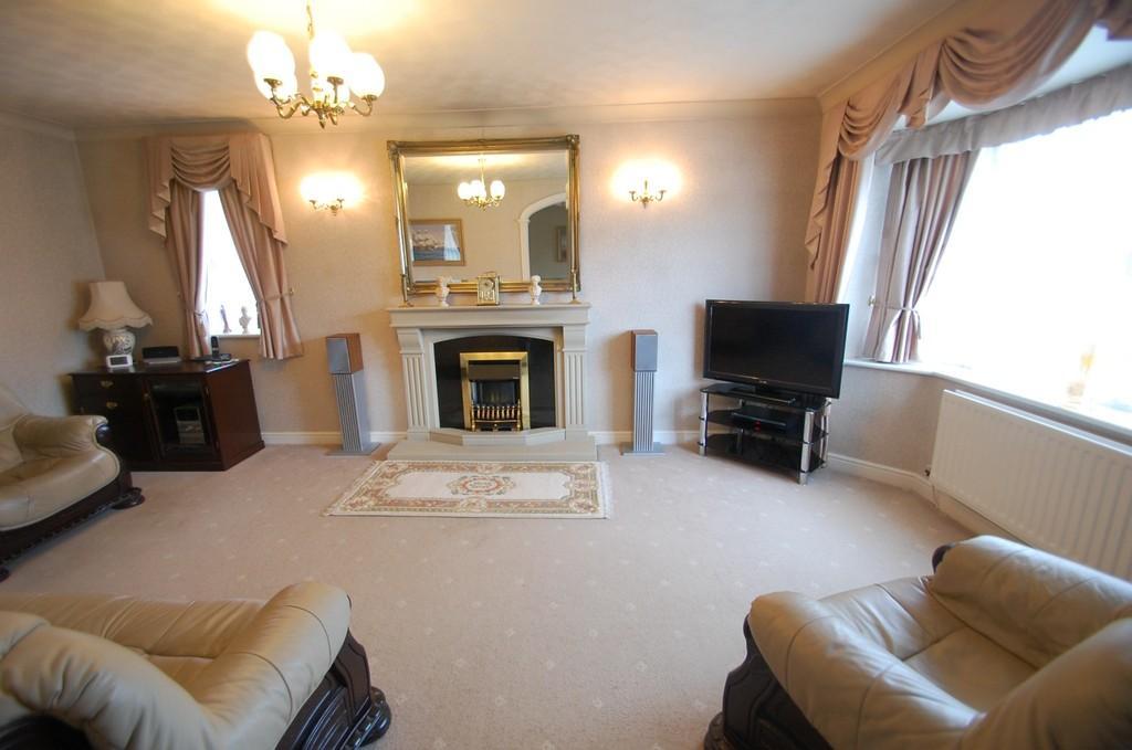 3 Bedrooms Detached Bungalow for sale in The Dene, Beardwood, Blackburn
