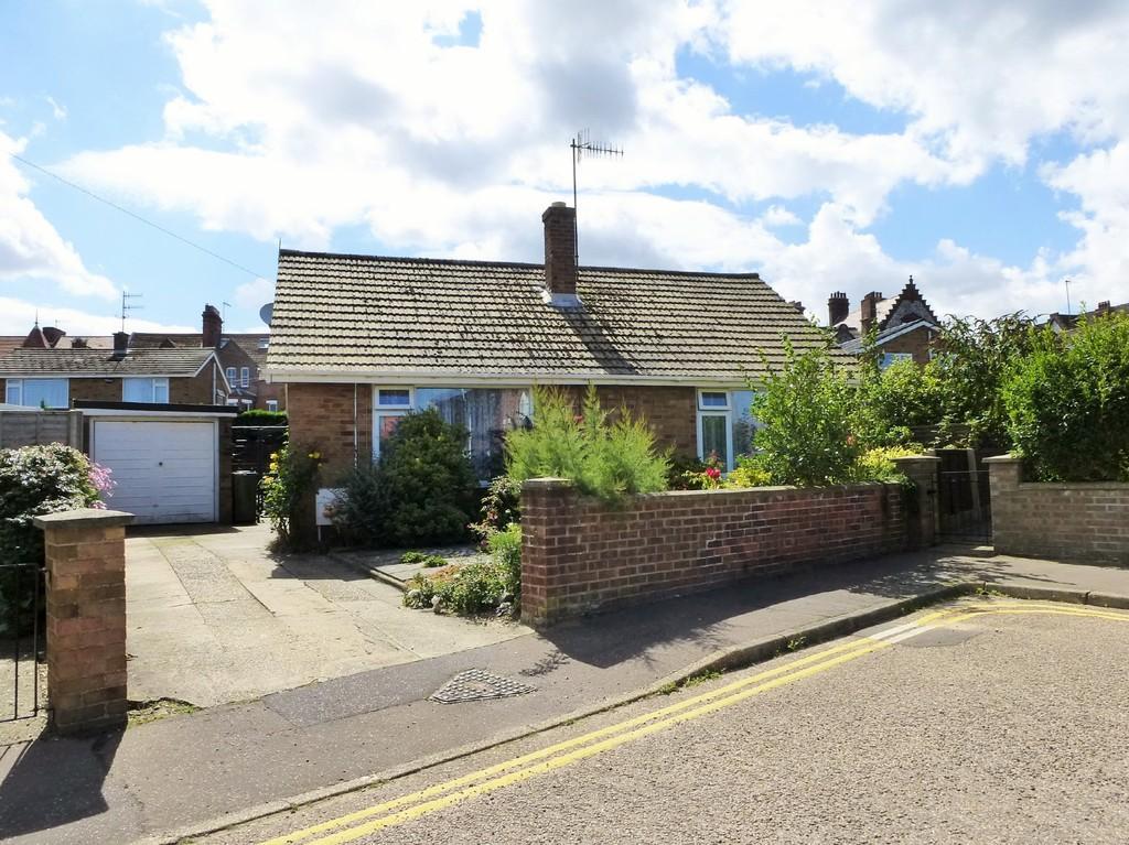 2 Bedrooms Detached Bungalow for sale in St Margarets Close, Cromer