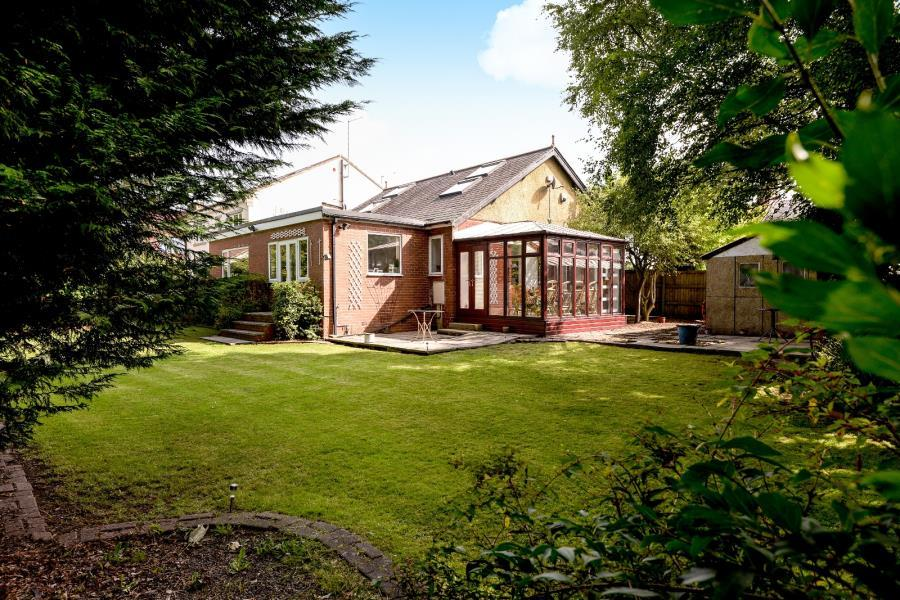 4 Bedrooms Bungalow for sale in LYDGATE PLACE, CALVERLEY, PUDSEY, LS28 5RW