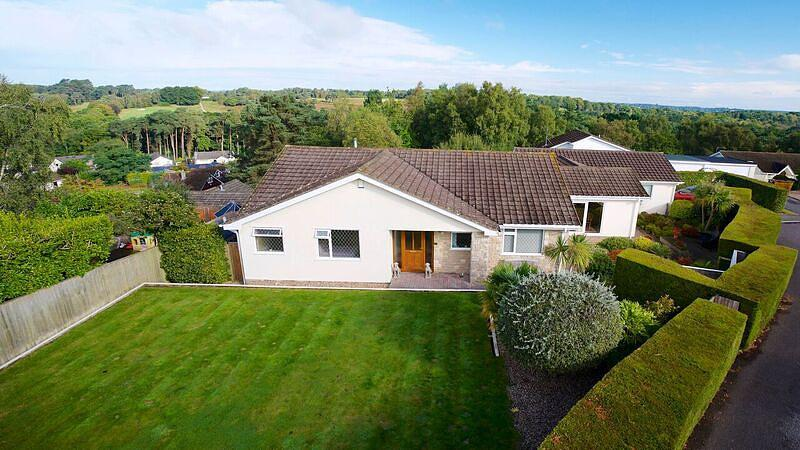 5 Bedrooms Detached Bungalow for sale in Broadstone
