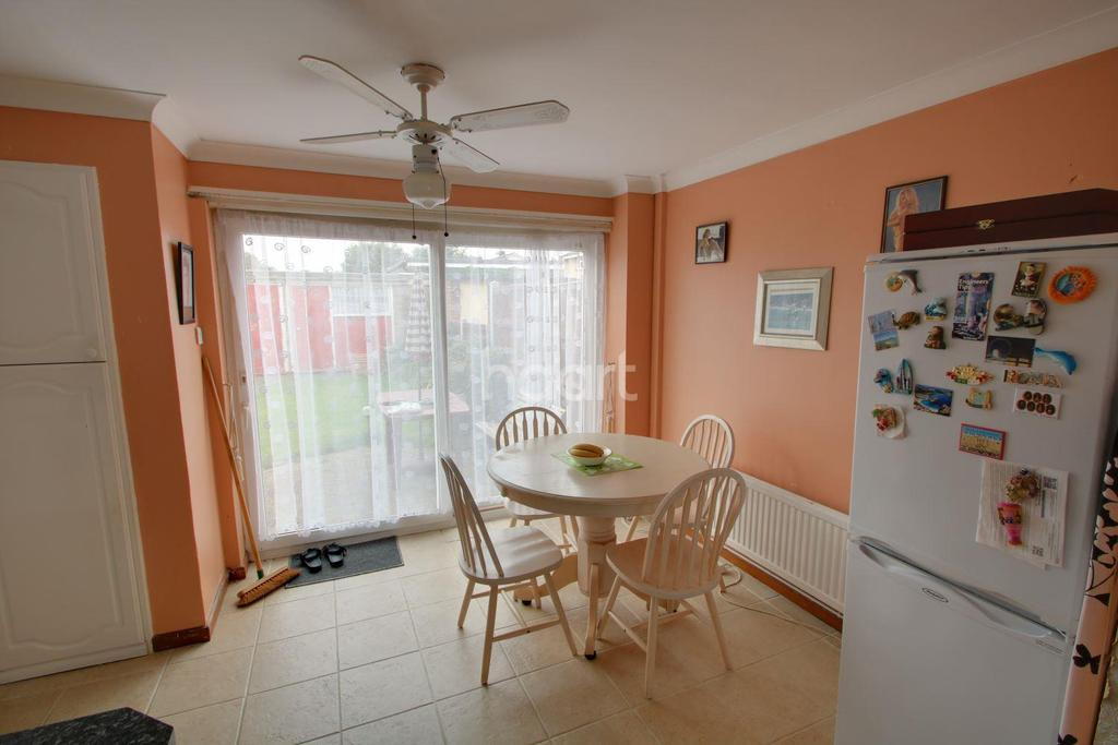 3 Bedrooms Terraced House for sale in Ballards Walk, Basildon