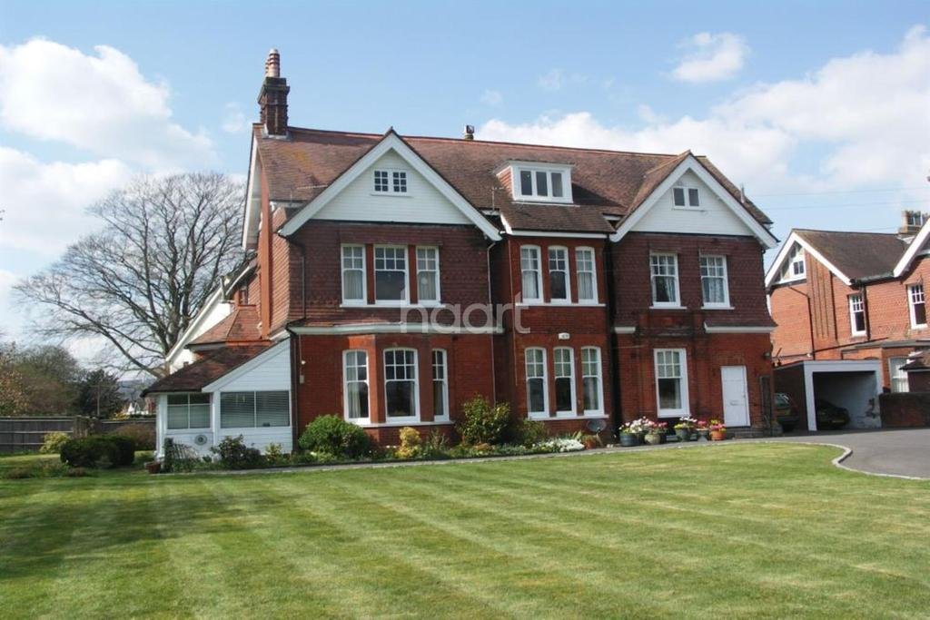 2 Bedrooms Flat for sale in The Avenue, Petersfield, Hampshire