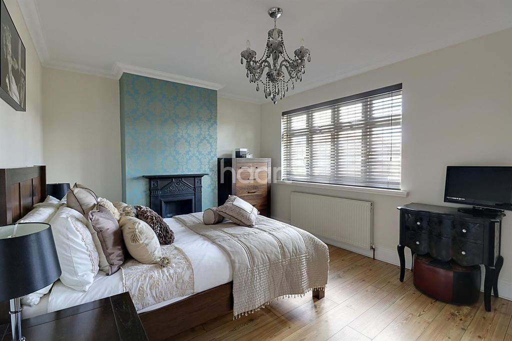2 Bedrooms Semi Detached House for sale in Carter Drive, Collier Row, Romford