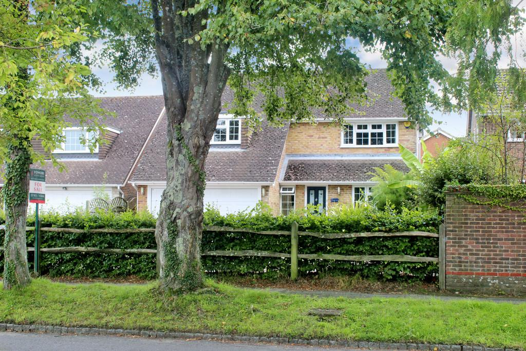 4 Bedrooms Detached House for sale in Hurston Lane, Storrington