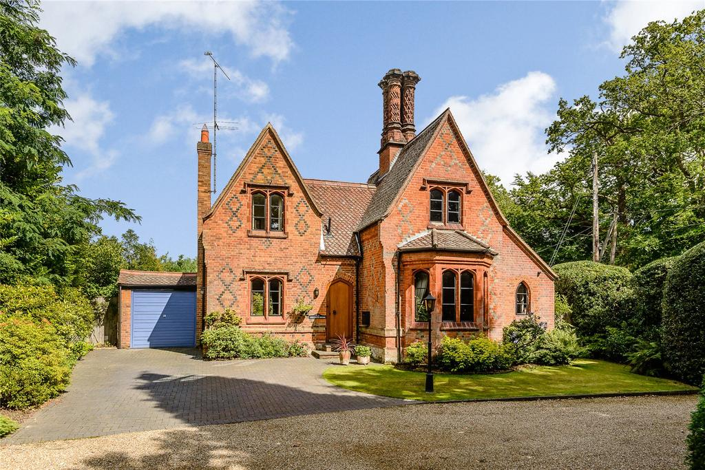 3 Bedrooms Detached House for sale in Chertsey Road, Windlesham, Surrey
