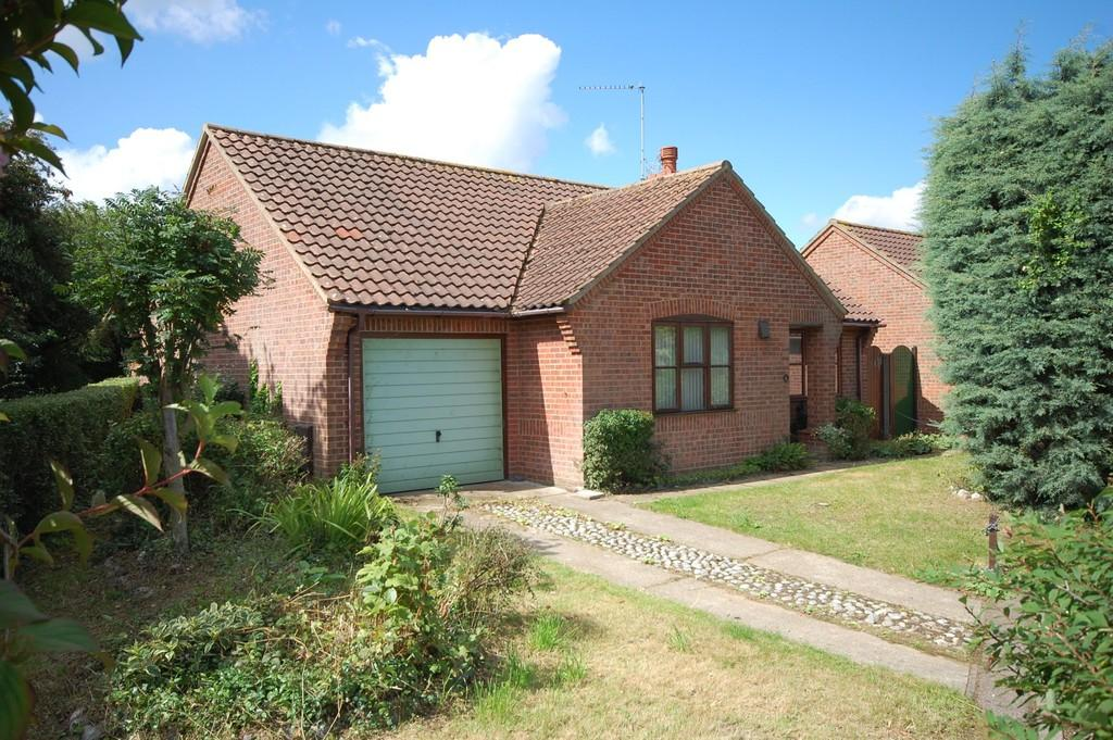 2 Bedrooms Detached Bungalow for sale in Hawthorn Walk, Holt