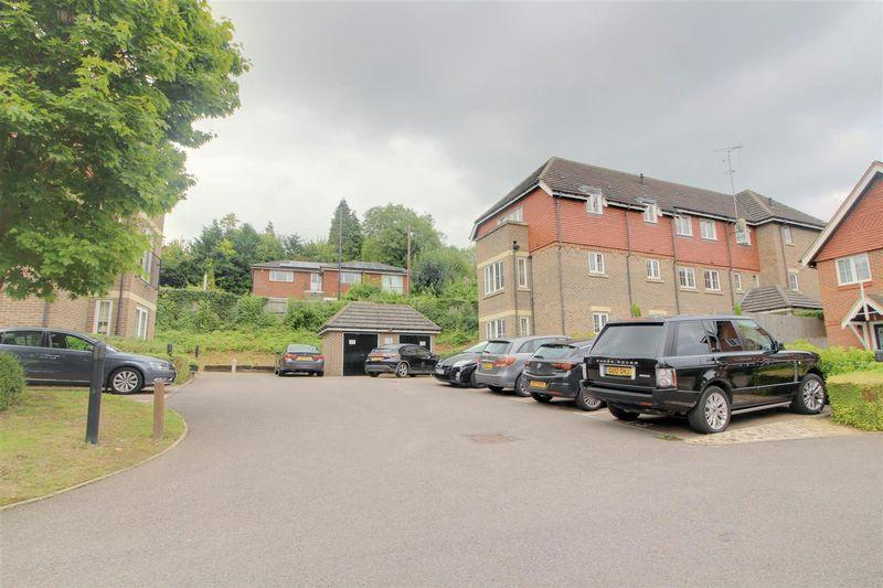 2 Bedrooms Flat for sale in Park View, Caterham