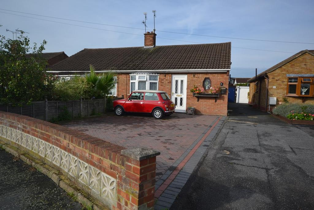 2 Bedrooms Semi Detached Bungalow for sale in Hearsall Avenue, Stanford-le-Hope, SS17