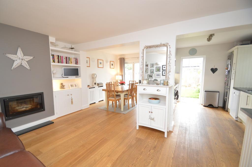 4 Bedrooms Semi Detached House for sale in Endsleigh Gardens, HERSHAM VILLAGE KT12