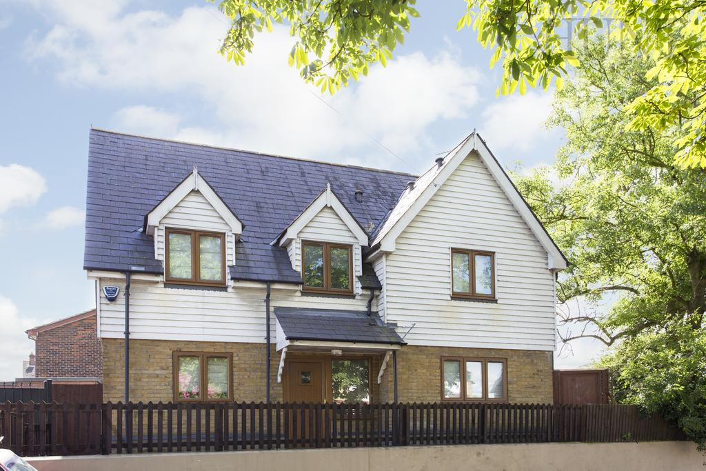 3 Bedrooms Detached House for rent in Gravel Lane, Chigwell, Essex IG7