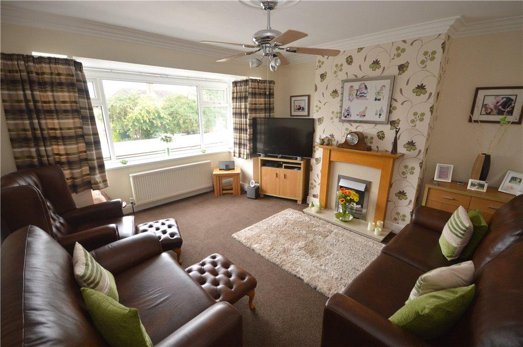 4 Bedrooms Semi Detached House for sale in Banksfield Crescent, Yeadon, Leeds, West Yorkshire