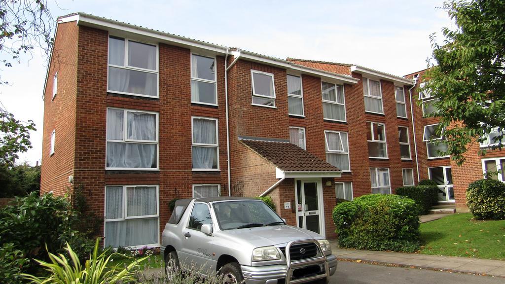 2 Bedrooms Flat for sale in Lyonsdown Road, New Barnet, Herts EN5