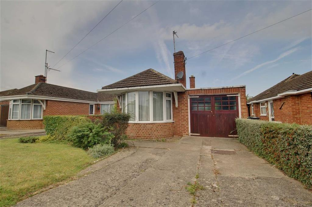 3 Bedrooms Semi Detached Bungalow for sale in Chamwells Avenue, Gloucester, Gloucestershire