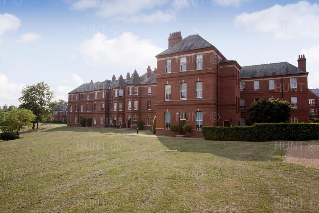 4 Bedrooms Apartment Flat for sale in Devonshire House, Brandesbury Square, Woodford Green, Essex IG8