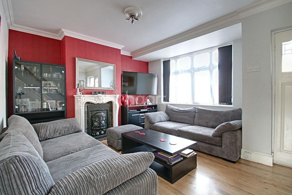 4 Bedrooms Terraced House for sale in Ross Avenue, Dagenham
