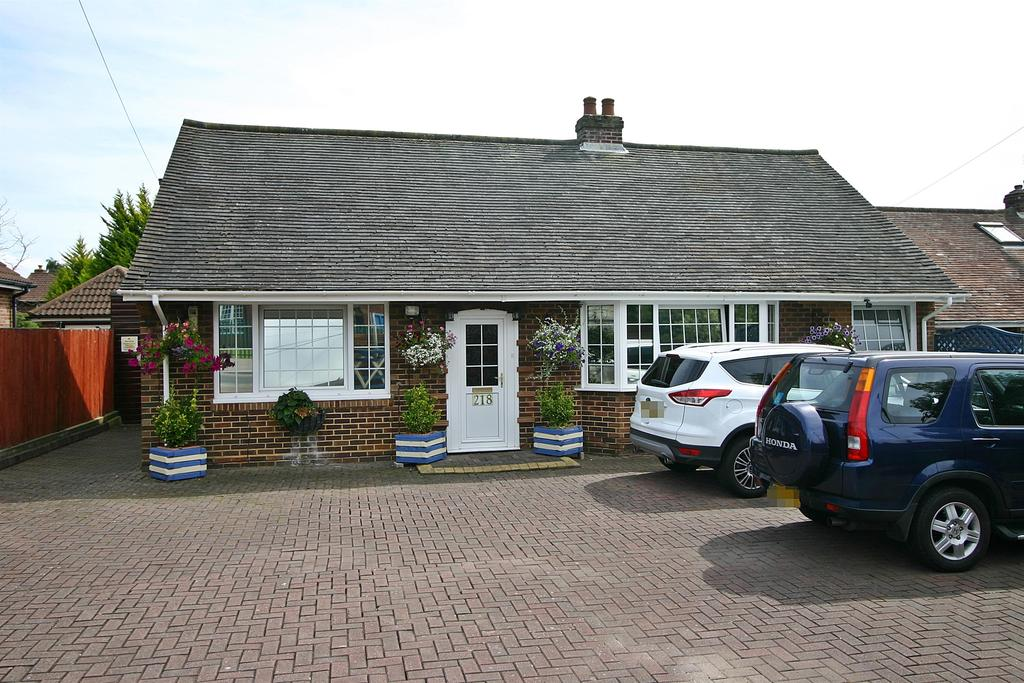 3 Bedrooms Bungalow for sale in Brook Lane, Sarisbury Green, Southampton, SO31 7DY