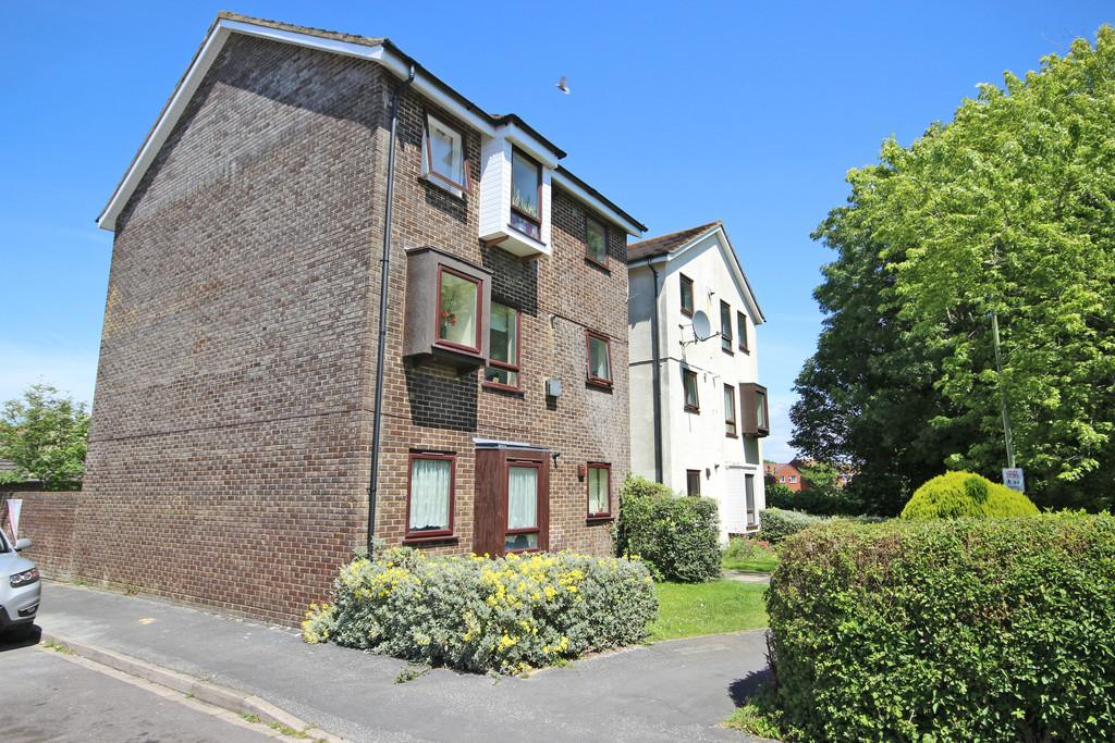2 Bedrooms Ground Flat for sale in Buckingham Walk, New Milton