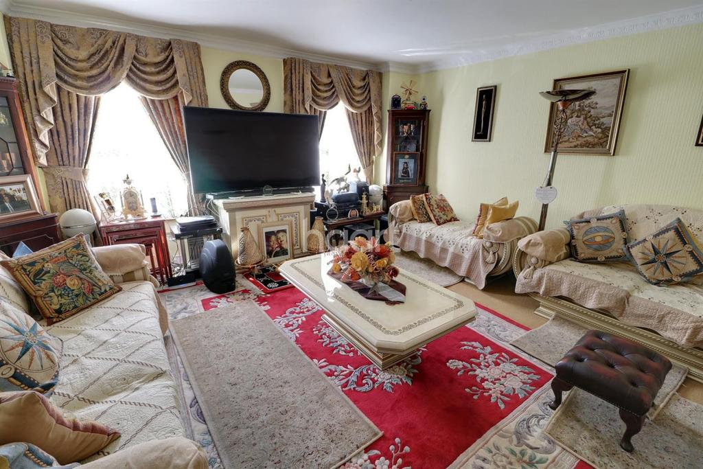 3 Bedrooms Terraced House for sale in Private Road, Enfield, EN1