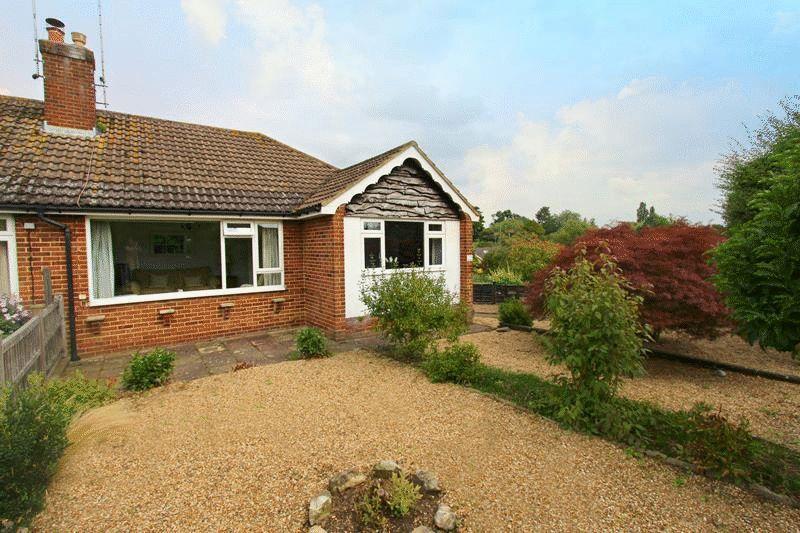 2 Bedrooms Bungalow for sale in Dewlands, Godstone