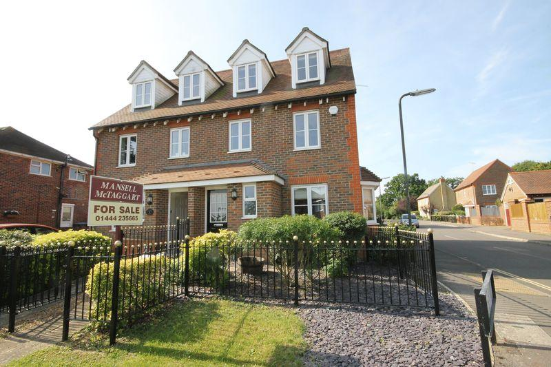 4 Bedrooms Town House for sale in Wyvern Way, Burgess Hill, West Sussex.