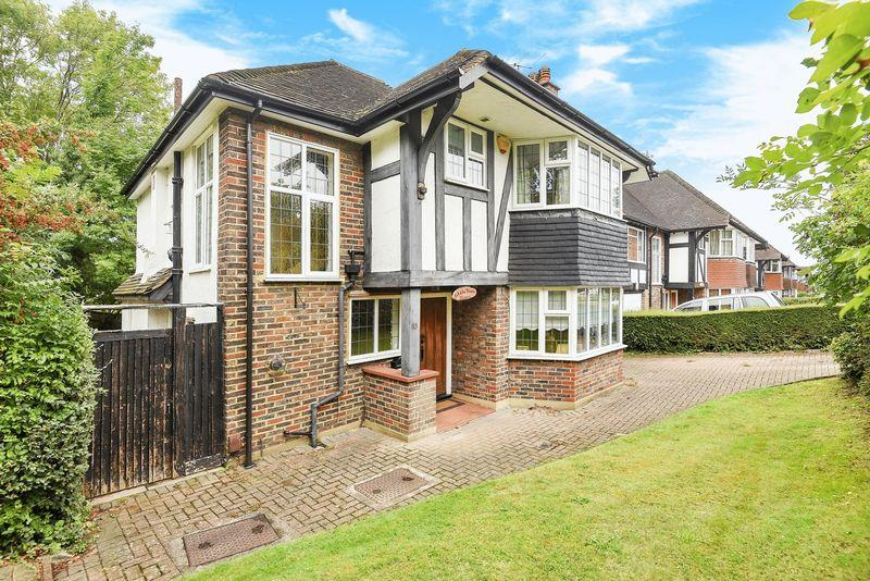 3 Bedrooms Detached House for sale in CHEAM VILLAGE