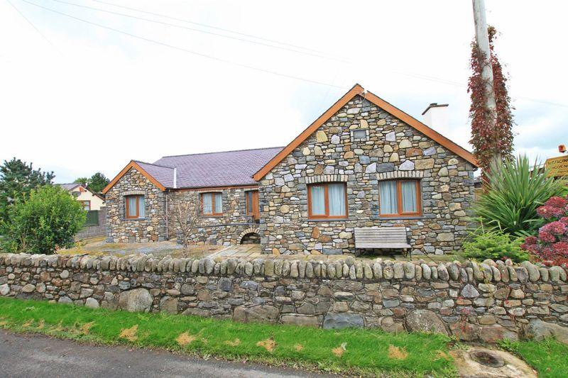 3 Bedrooms Bungalow for sale in Caerhun, Bangor