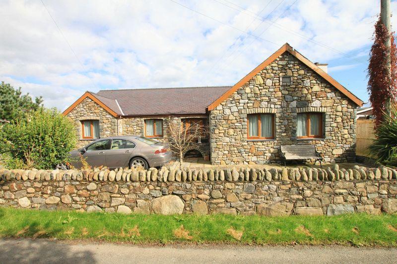 3 Bedrooms Bungalow for sale in Caerhun, Bangor