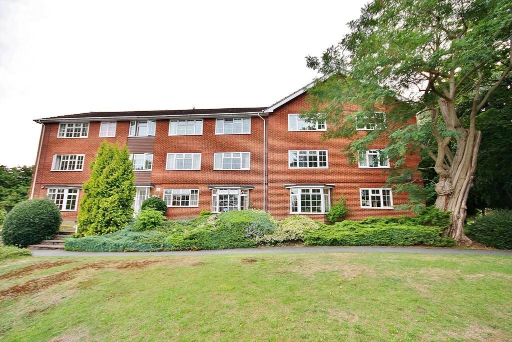 2 Bedrooms Ground Flat for sale in Woking, Surrey