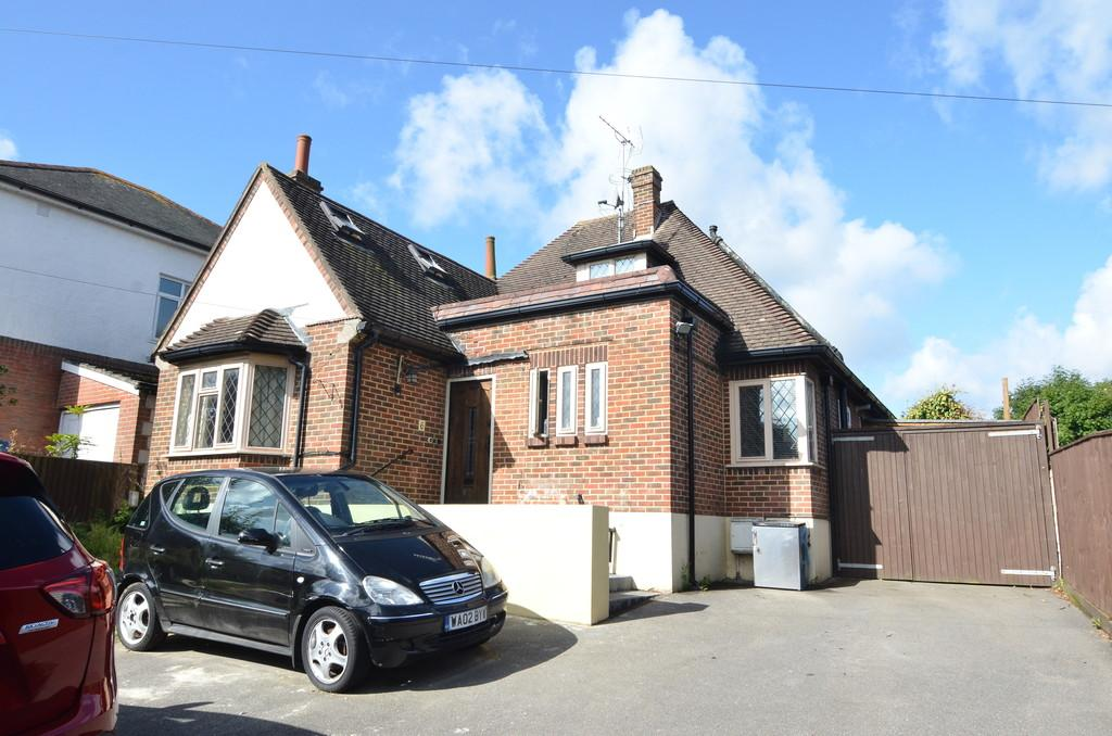 4 Bedrooms Detached Bungalow for sale in Pinewood Avenue, Northbourne