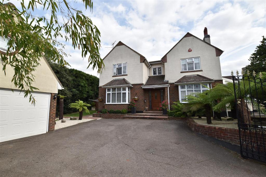 5 Bedrooms Detached House for sale in London Hill, Rayleigh