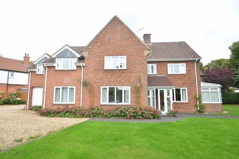4 Bedrooms Detached House for sale in Winchester Gardens, Andover