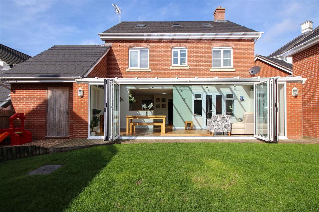 5 Bedrooms Detached House for sale in Cedar Avenue, Haywards Heath