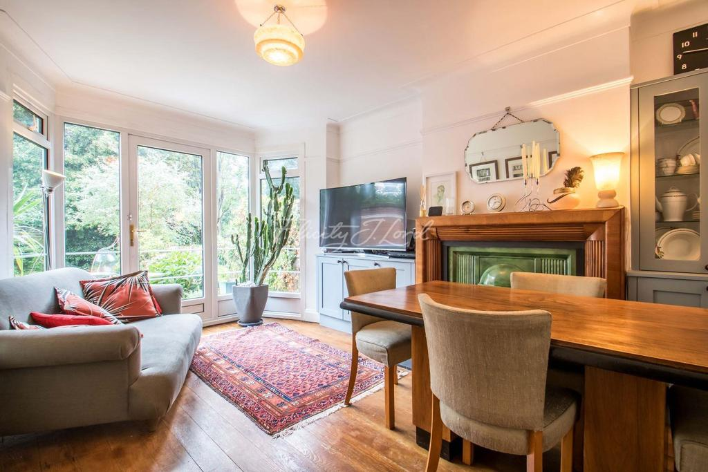 3 Bedrooms Semi Detached House for sale in Bushmoor Crescent, Shooters Hill, SE18