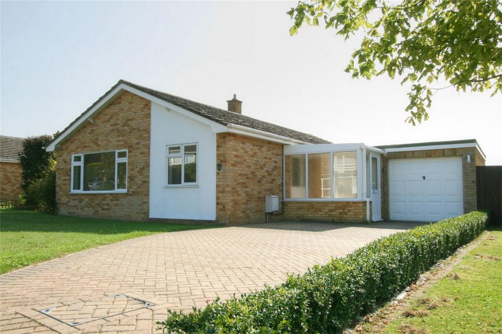 3 Bedrooms Detached Bungalow for sale in Cedar Drive, NR17 2EX, Attleborough, Norfolk