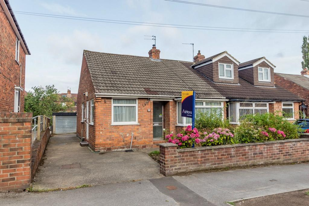 2 Bedrooms Semi Detached Bungalow for sale in Manor Drive North, YORK