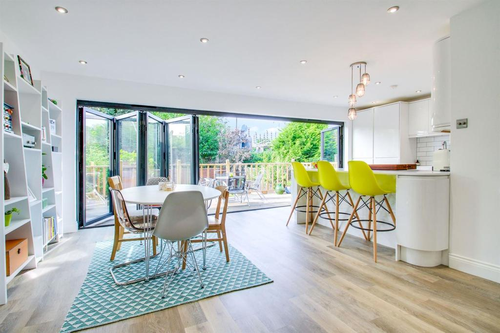 2 Bedrooms Semi Detached House for sale in Adelaide Gardens, South Benfleet