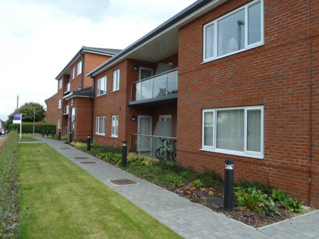 2 Bedrooms Flat for sale in Iveson Drive, Leeds