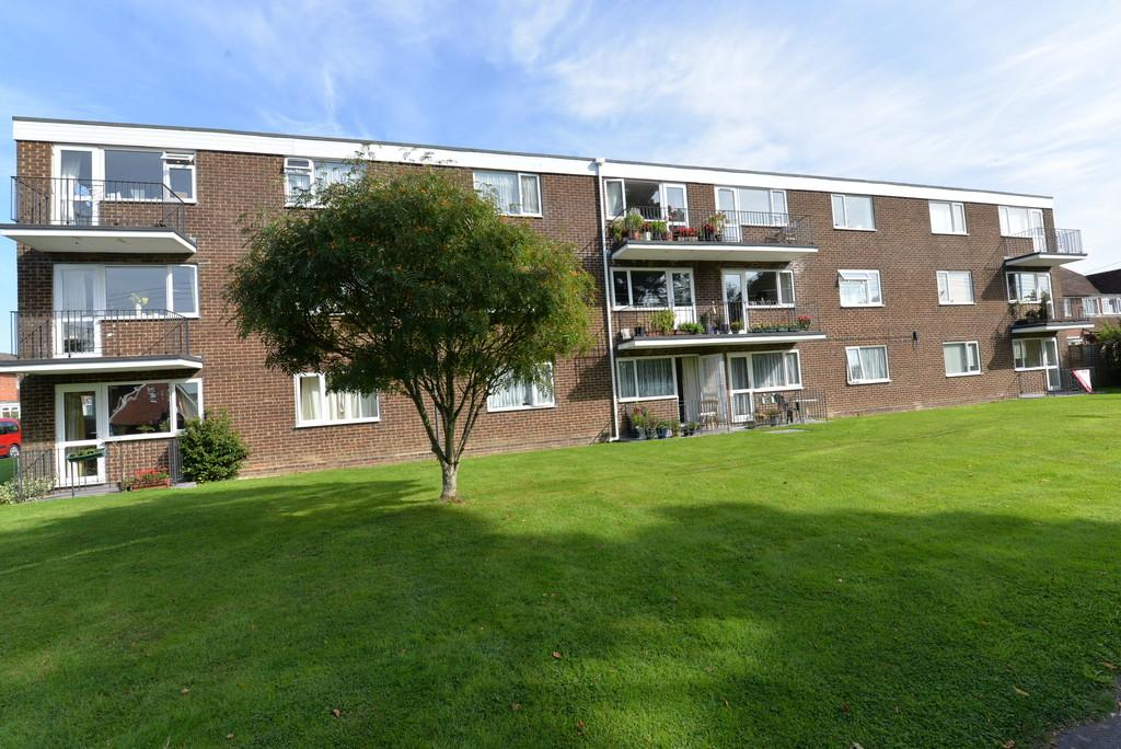 2 Bedrooms Apartment Flat for sale in Kenilworth Close, New Milton