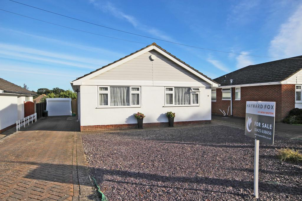 2 Bedrooms Detached Bungalow for sale in Roebuck Close, New Milton