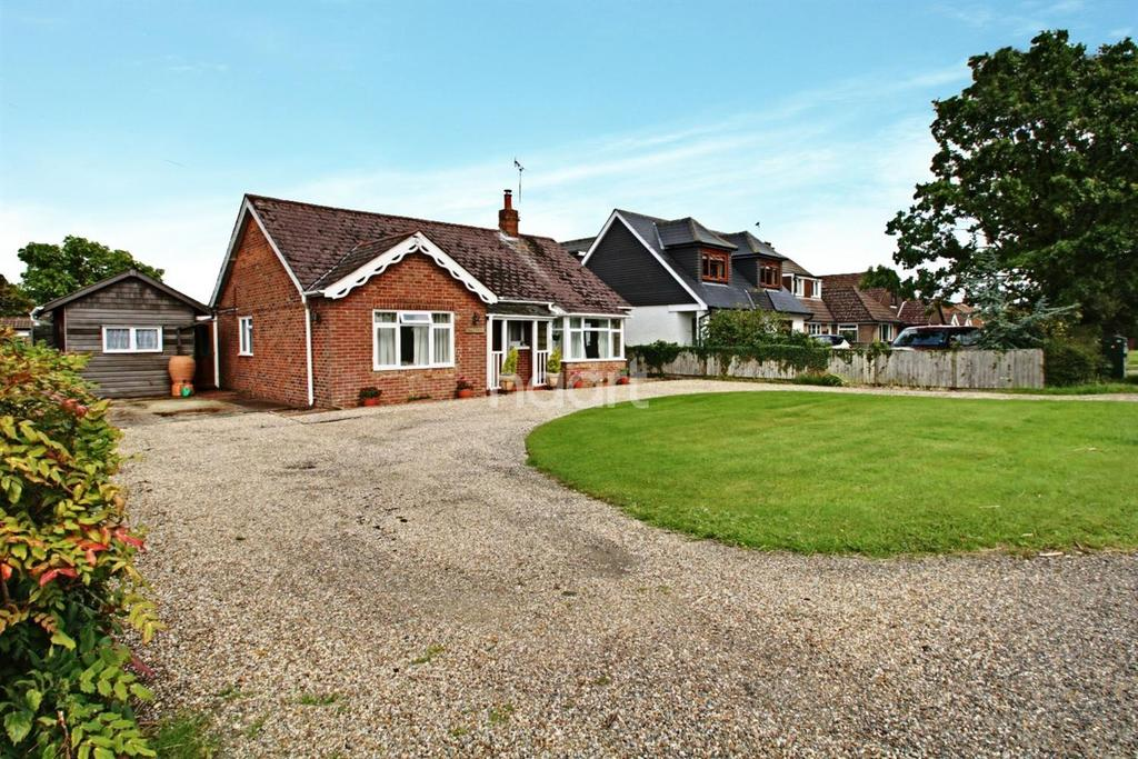 3 Bedrooms Bungalow for sale in Magpie Hall Road, Stubbs Cross, Ashford