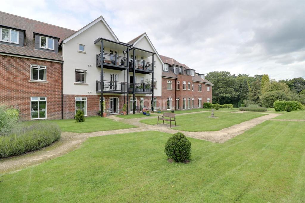 2 Bedrooms Flat for sale in Beacon Crescent, Hindhead, Surrey