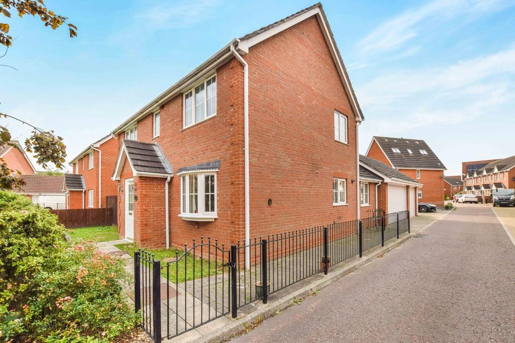 4 Bedrooms Detached House for sale in Lucius Crescent, Colchester, CO4 9WW