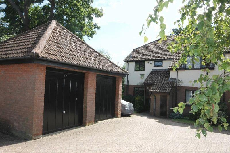 2 Bedrooms Apartment Flat for sale in Harrowlands Park, Dorking